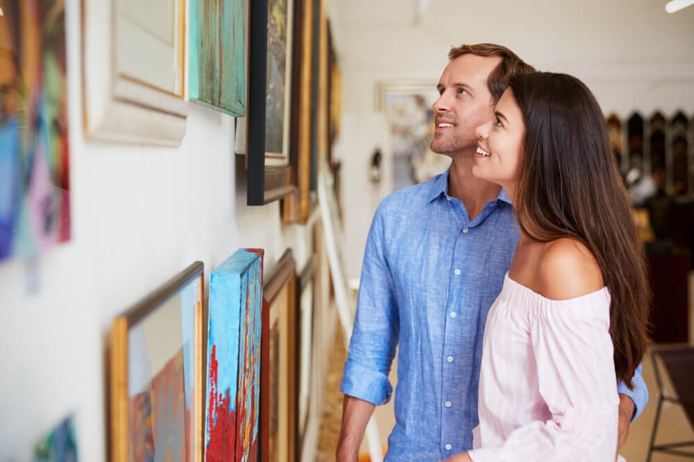 An image of a couple looking at an art gallery in Honolulu.